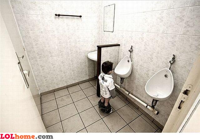devushki-terpyashie-v-tualet